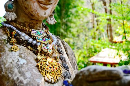 Collar piedras preciosas estatua Wat Sakithaka Chiang Mai