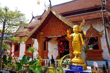 Panorámica esculturas sagradas Wat Phabong Chiang Mai Tailandia