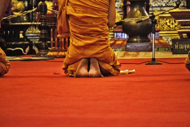 Buda rodillas pies posición rezo templo Chiang Mai