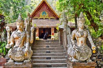 Esculturas monjes escaleras templo Wat Sakithaka Chiang Mai