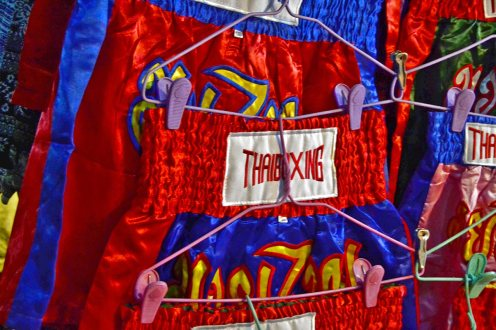 Pantalón Muay Thai puesto Mercado nocturno Chiang Mai
