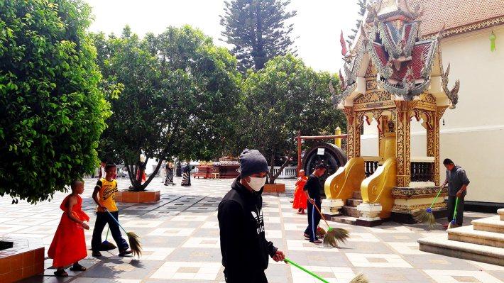 Tailandeses limpieza manual instalaciones Doi Suthep Tailandia