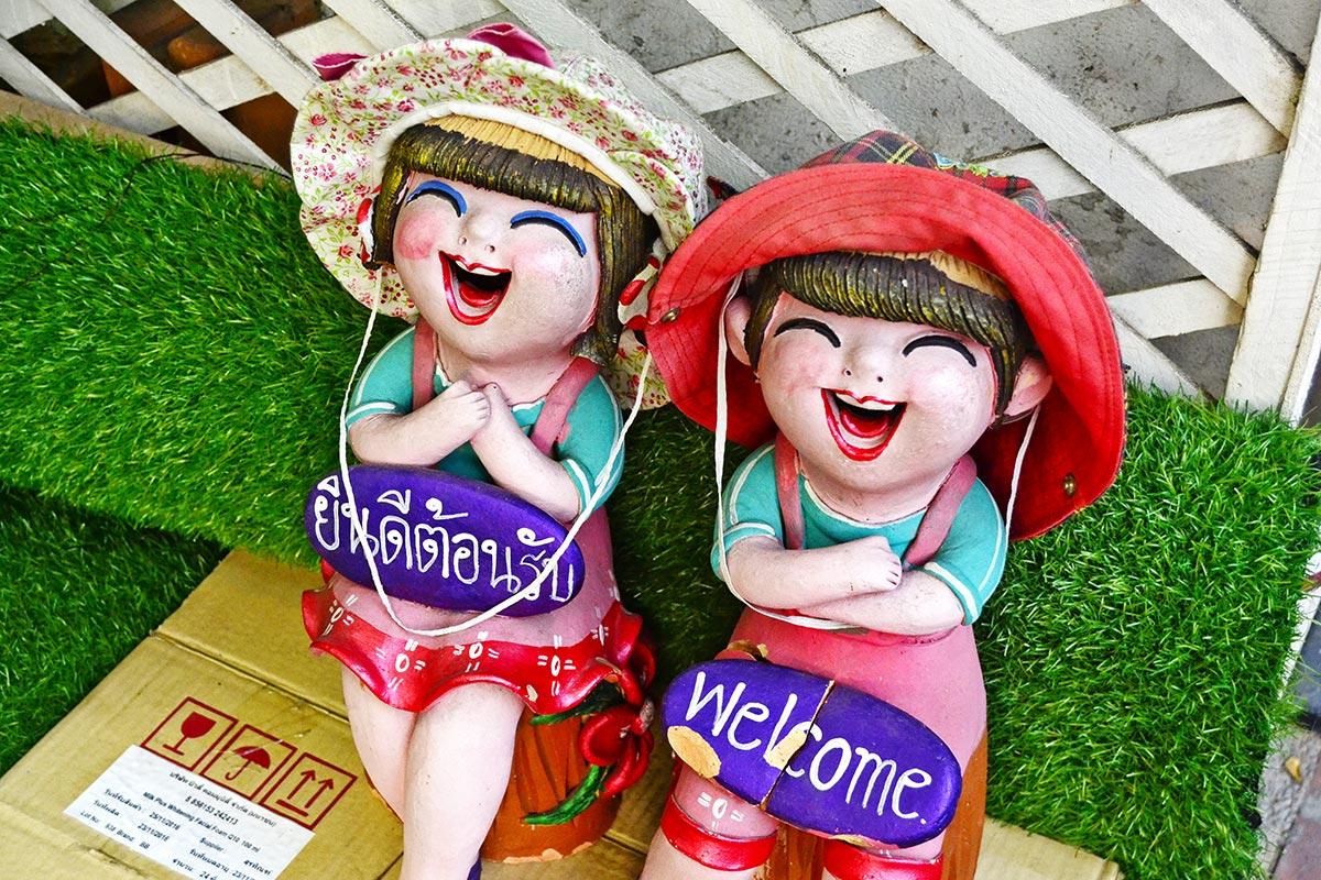Niños sonrisas porcelana entrada casa Chiang Mai