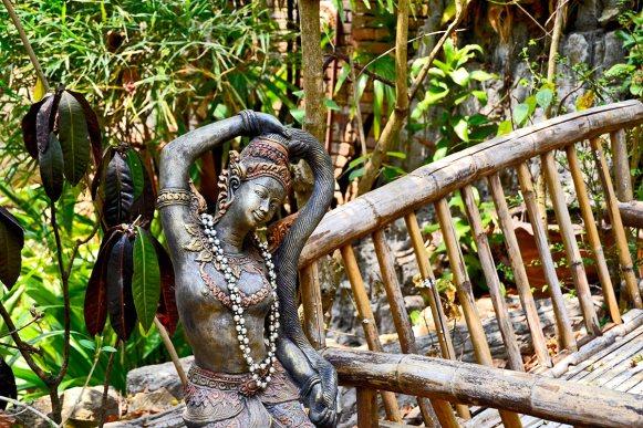 Mujer hindú serpiente sensualidad banco madera Wat Sakithaka Chiang Mai