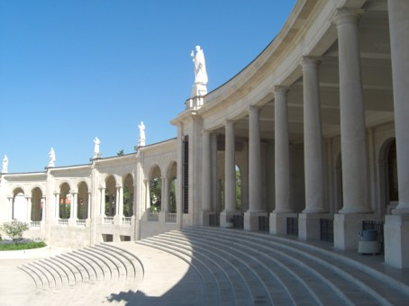 Gran escalinata columnas fieles Santuario Fátima