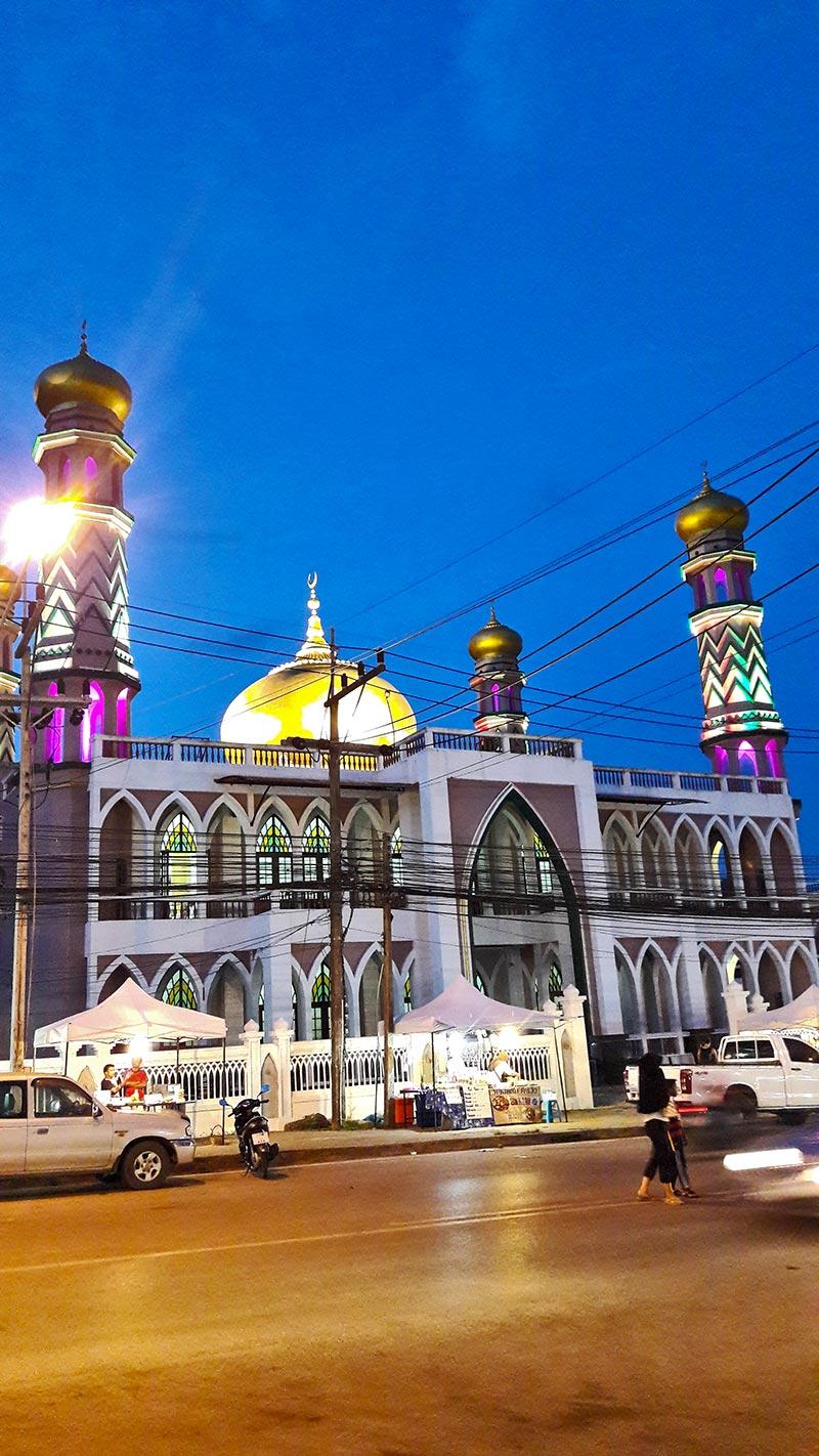 Fachada mezquita Klong Haeng noche Ao Nang Tailandia