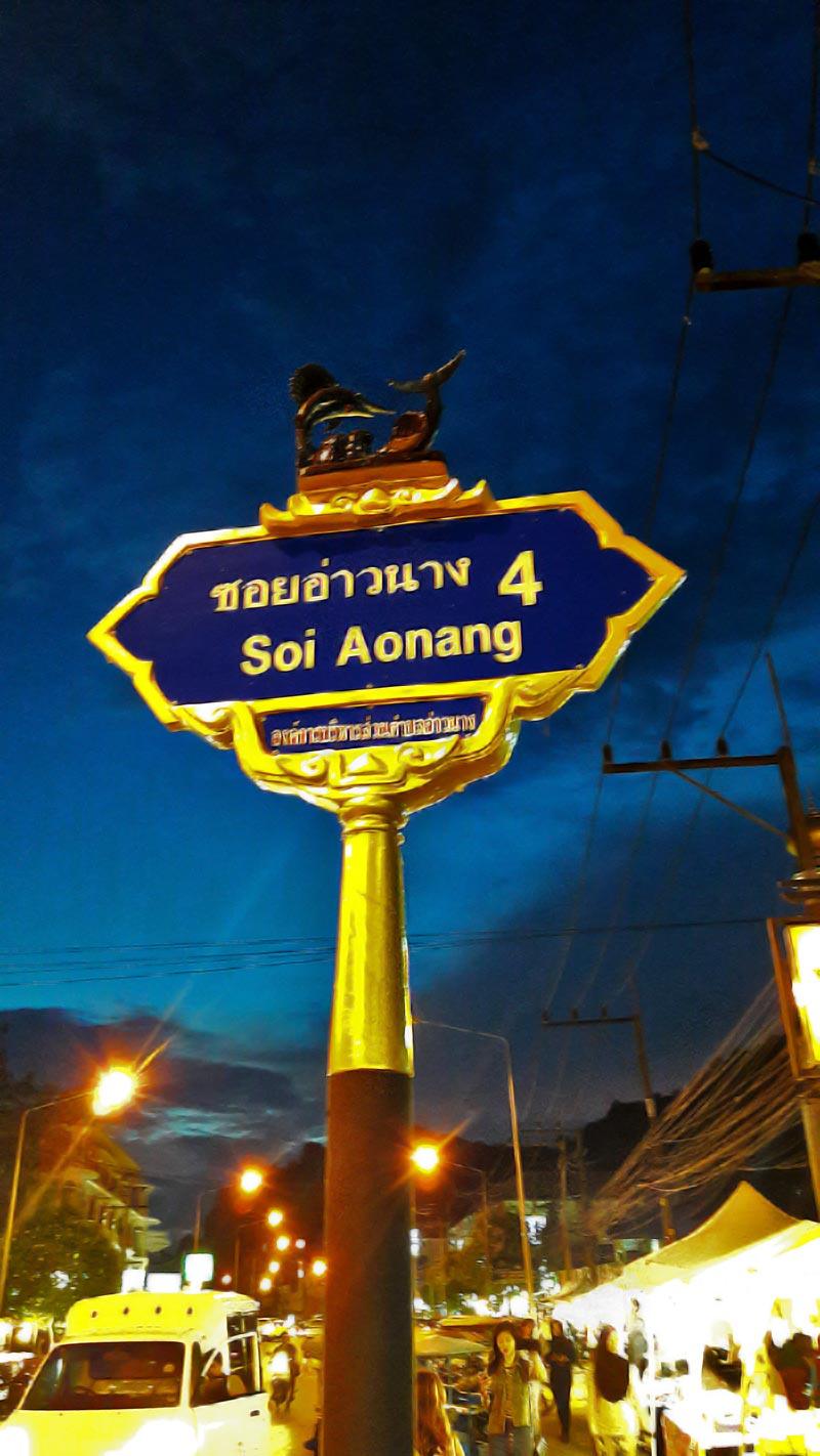 Señal calle Soi Aonang noche Krabi