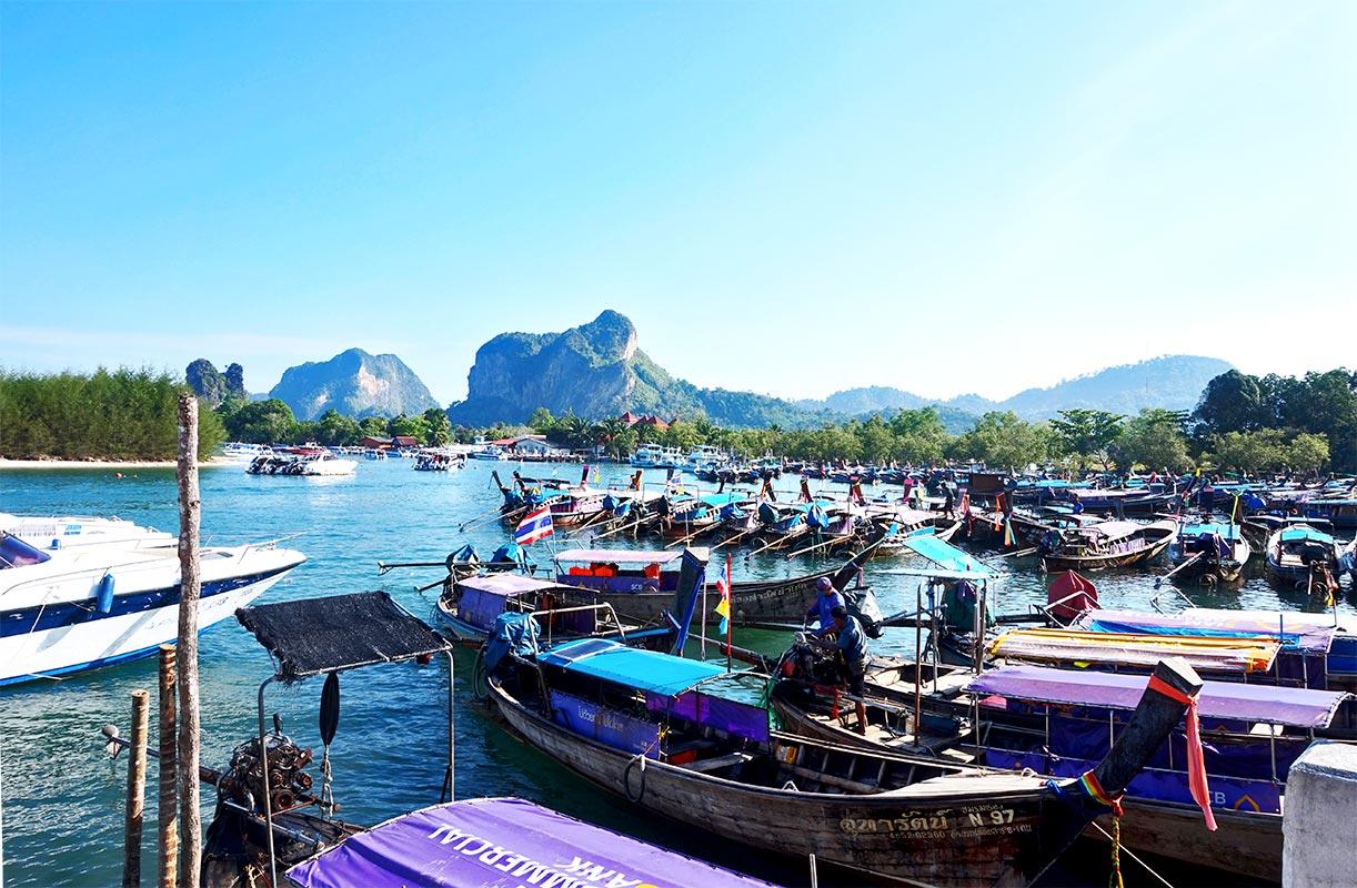 Long tails boats atracados turistas puerto Krabi Tailandia