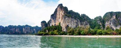 Panorámica playa aguas montañas escarpadas vegetación Phi Phi Don Tailandia