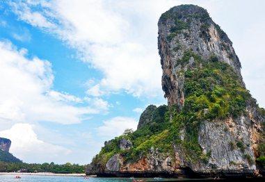 Montaña escarpada playa vegetación Phi Phi Ley tailandia