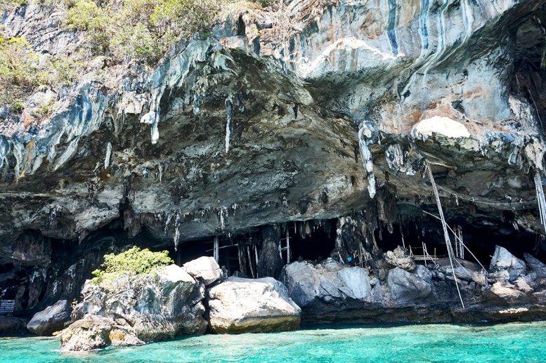 Viking Cave rocas aguas turquesas mar Andamán Tailandia Islas Phi Phi