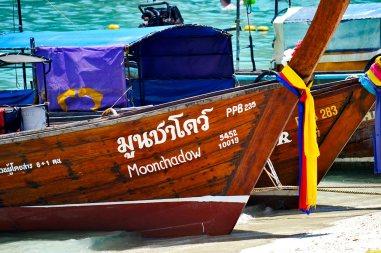 Long tail boats orilla playa islas Phi Phi