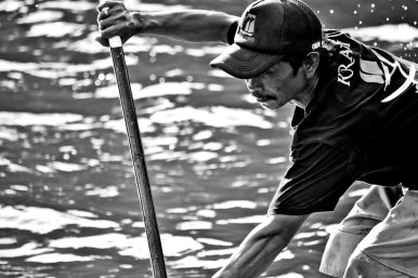 Tailandés remando paddle surf aguas Golfo de Tailandia blanco y negro