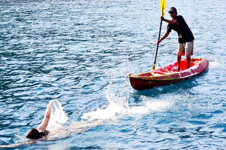 Tailandés paddle surf chica nadando aguas 4 islands Krabi