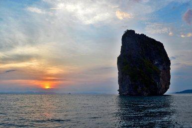 Puesta sol islote vegetación aguas cristalinas 4 Islands golfo Tailandia
