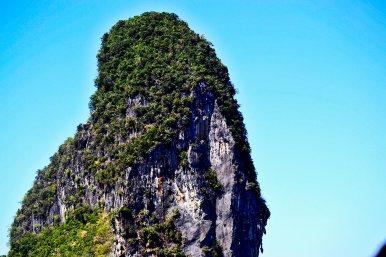 Formación rocosa islote vegetación mar Andamán Tailandia