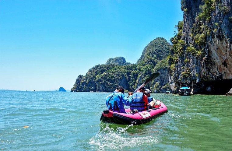 Canoa turistas aguas grutas bahía Phang Nga Tailandia
