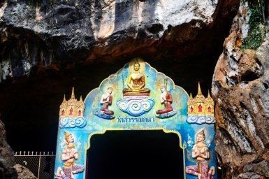Puerta entrada templo hindú monos Wat Tham Suwan Khuha bahía Phang Nga mas Andamán