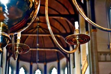 Detalle candelabro lámpara interior iglesia protestante Nieuwe Kerk