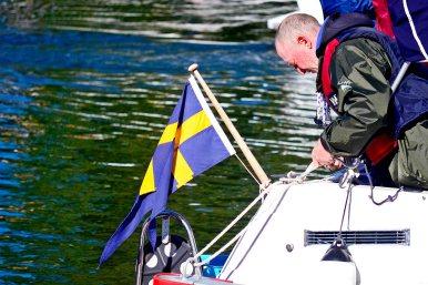 Marinero sueco atando cabos cuerdas barco Suecia