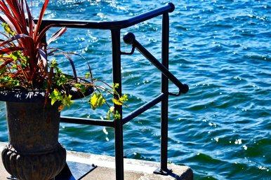 Macetero metal pasarela mar archipiélago Estocolmo Suecia