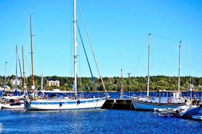 Barcos veleros atracados puerto deportivo Vaxholm Suecia
