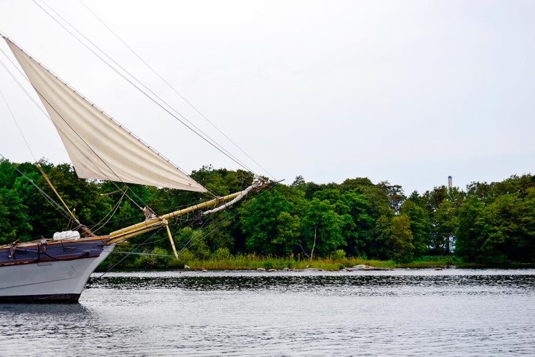Barco velero navegando aguas archipiélago parque natura Fjaderholmarna Suecia