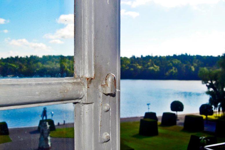 Marco ventana abierta habitación palacio Drottningholm Suecia