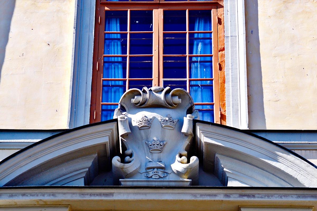 Escudo coronas relieve fachada ventana Palacio Real Drottningholm Suecia