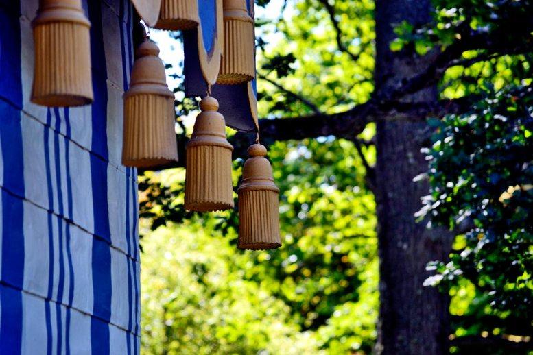 Detalle colgando tienda campaña medieval bosque jardines Palacio Real Drottningholm Suecia