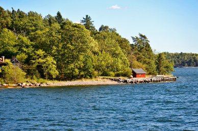 Vistas postal bosques casa madera roja aguas archipiélago Grinda Suecia