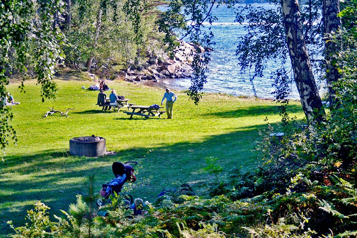 Escena típica picnic familias aire libre playa césped isla Grinda Suecia