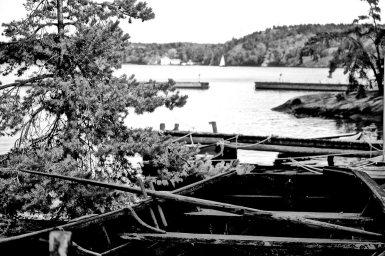 Restos barco abandonado parque natural isla Fjaderholmarna Suecia