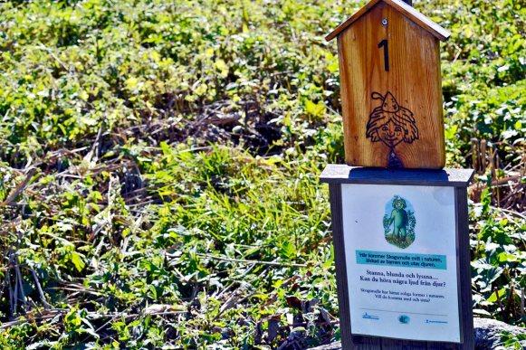 Señal madera gnomos césped Grinda Estocolmo Suecia
