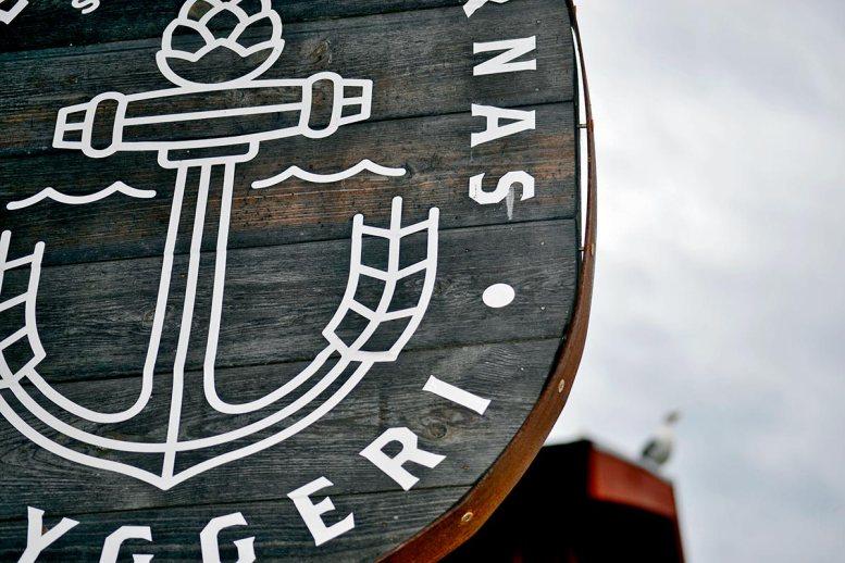 Letrero madera cervecería puerto Fjaderholmarna Suecia