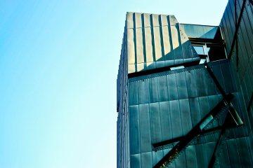 Líneas arquitectura fachada metálica Museo Judío Berlín Alemania