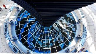 Panorámica cristales edificio Reichstag Parlamento alemán Berlín