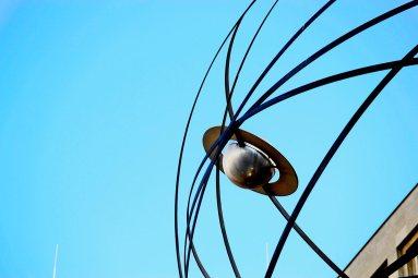 Detalle esfera reloj tiempo sol cielo Alexanderplatz Berlín