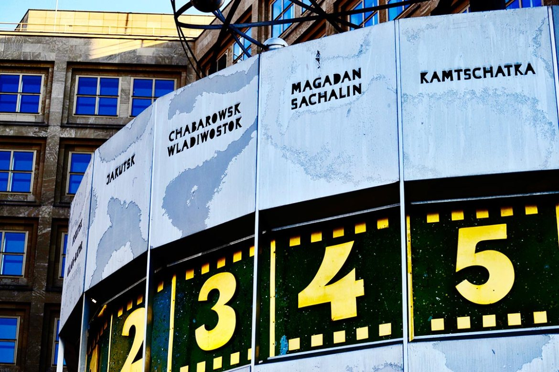 Detalle horas reloj astronómico mundial Alexanderplatz Berlín
