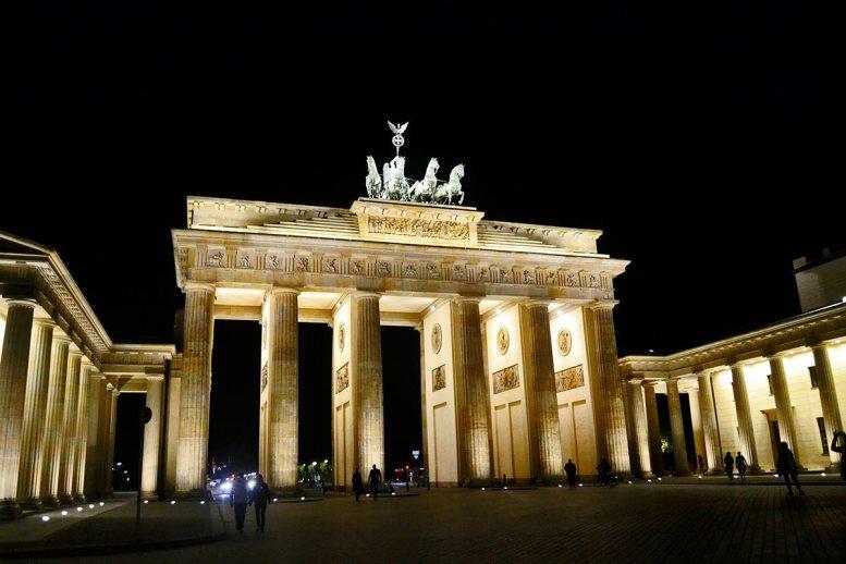 Puerta Brandenburgo iluminada noche Berlín Alemania
