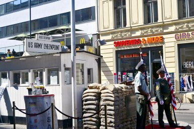 Soldados espera Checkpoint Charlie tiendas Mc Donalds Berlín