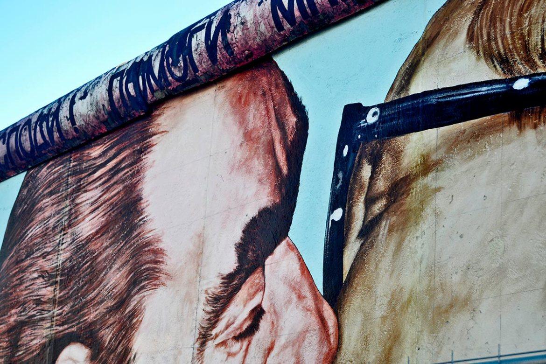 Mural El buen beso Erich Honecker y Leónidas Breznev Muro Berlín