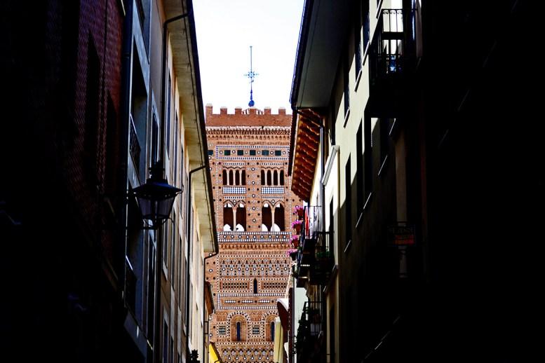 Torre del Salvador entre calles oscuras centro histórico Teruel