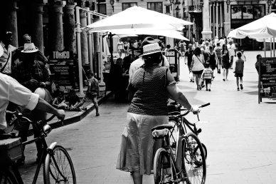 Ciclistas vintage plaza El Torico centro histórico Teruel blanco y negro