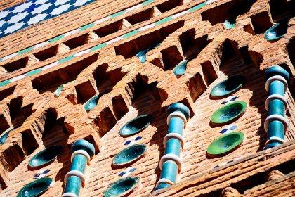 Detalle ornamental simetría geometría torre mudéjar ladrillo rojo Teruel