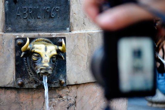 Fuente chorro agua toro latón cámara foto Plaza Torico Teruel