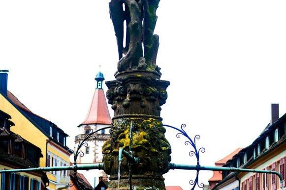 Fuente pies estatua caballero medieval piedra Plaza centro histórico Gehgenbach