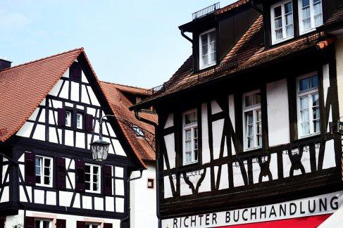 Fachadas arquitectura medieval madera ventanas calles Gengenbach Alemania