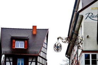 Letrero águila metal detalles centro histórico medieval Gengenbach Selva Negra Alemania