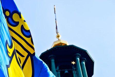 Detalle bandera sueca Estocolmo detalle oro torre ayuntamiento Estocolmo